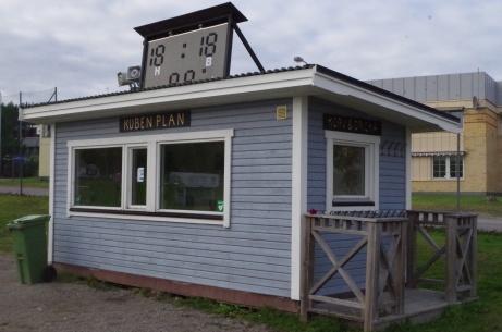 Smart lösning! Servering och sekreteriat med matchur/anslagstavla på taket. Foto: Pia Skogman, Lokalfotbollen.nu.