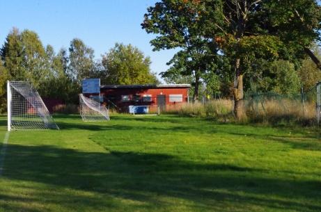 Nuvarande omklädningsbyggnaden, matchuret och med den gamla lönnen i förgrunden. Foto: Pia Skogman, Lokalfotbollen.nu.
