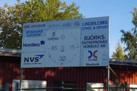 Matchuret från nära håll med sponsorer. Foto: Pia Skogman, Lokalfotbollen.nu.