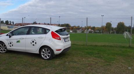 Lokalfotbollens Fårrd parkerad utanför stängslet till Kubikenborgs IP. Men lugn, vi tog oss in och kunde ta fler bilder på arenan. Foto: Pia Skogman, Lokalfotbollen.nu.