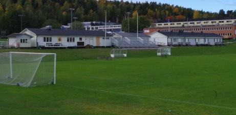Kiosk, klubblokal/kansli, ny läktaren, omklädningsrum med avbytarbåsen i förgrunden. Foto: Pia Skogman, Lokalfotbollen.nu.