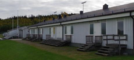 Omklädningsrummen och nya läktaren till vänster. Foto: Pia Skogman, Lokalfotbollen.nu.