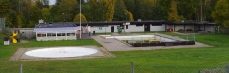 Och en vy över ständigt nedlagdshotade Kubenbadet. Foto: Pia Skogman, Lokalfotbollen.nu.