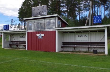 Speakerhytt, matchur och avbytarbås i närbild. Foto: Pia Skogman, Lokalfotbollen.nu.
