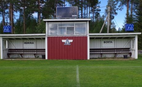 ...och det var så nära så nära att byggnaden hamnade centrerad med mittlinjen. Foto: Pia Skogman, Lokalfotbollen.nu.