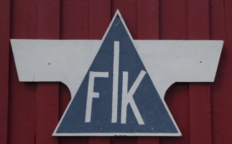 Fränsta IK:s klubbmärke syns rejält på speakerhytten. Foto: Pia Skogman, Lokalfotbollen.nu.