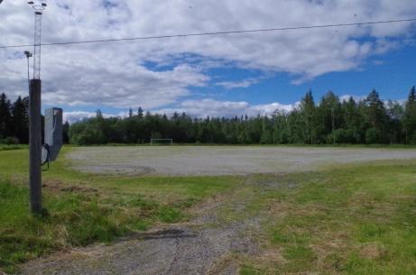 Jodå, strålkastare finns. Och ett öde fotbollsmål i fjärran. Foto: Pia Skogman, Lokalfotbollen.nu.