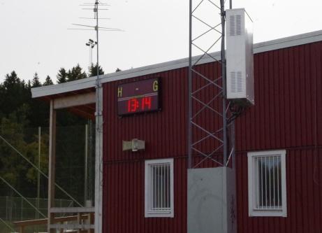 Det digitala matchuret sitter på klubblokalens vägg. Foto: Pia Skogman, Lokalfotbollen.nu.