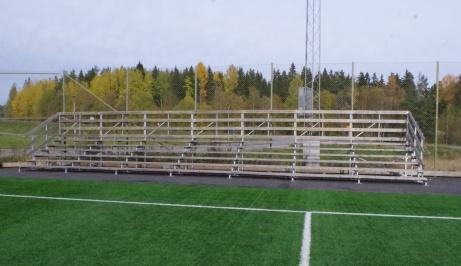 Läktaren nästan centrerad med mittlinjen. Foto: Pia Skogman, Lokalfotbollen.nu.