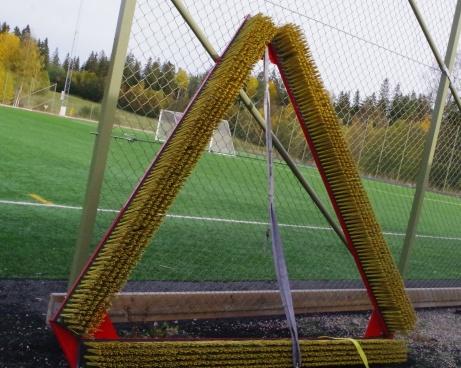 Borsten som jämnar ut granulaten i konstgräset. Om nu någon undrar vad det där är för en triangelformad tingest? Foto: Pia Skogman, Lokalfotbollen.nu.