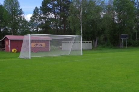 Västra målet sett ur vänsterinnerposition. Till höger matchuret. Foto: Pia Skogman, Lokalfotbollen.nu.