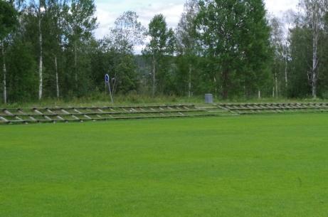 Doserad järnväg? Nej, det är läktaren. Foto: Pia Skogman, Lokalfotbollen.nu.