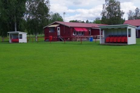 Speakerholken och kiosken mellan avbytarbåsen. Foto: Pia Skogman, Lokalfotbollen.nu.