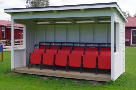 Avbytarbås med stolar. Ingen plats som lirarna uppskattar ;-)  Foto: Pia Skogman, Lokalfotbollen.nu.