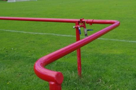 Smart lösning! Publikräcke kombinerat med vattenledning. Foto: Pia Skogman, Lokalfotbollen.nu.