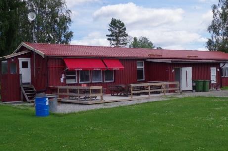 Speakerhytten till vänster, kiosk(servering) och klubblokal. Foto: Pia Skogman, Lokalfotbollen.nu.