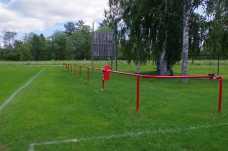 Det är en bit mellan räcket och planen. Säkerhetsskäl? Foto: Pia Skogman, Lokalfotbollen.nu.