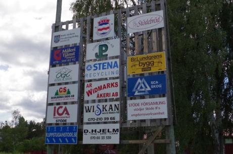 Sponsorskyltarna är vridna ut mot vägen och från planen. Foto: Pia Skogman, Lokalfotbollen.nu.