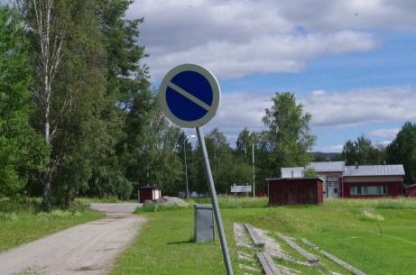 Lutande P-förbud bakom läktaren. Foto: Pia Skogman, Lokalfotbollen.nu.
