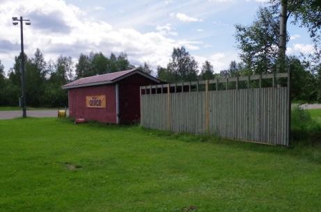 Bollplank och materialbod bakom västra målet. Foto: Pia Skogman, Lokalfotbollen.nu.