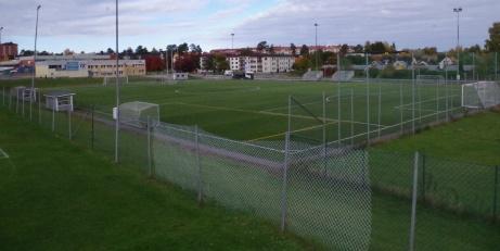 Vy över konstgräsplanen från A-plan ovanför. Foto: Pia Skogman, Lokalfotbollen.nu.