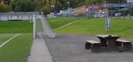 Bord/stolar för fika och en bra plats att fota fotboll från. Och nej, det är inget fel på er syn. Planen är konkav, eh, eller konvex? What ever! Foto: Pia Skogman, Lokalfotbollen.nu.