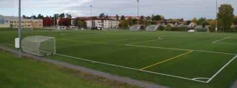 Diagonalt syns vår utgångsplats med Fårrden, serveringen och entrén. Foto: Pia Skogman, Lokalfotbollen.nu.