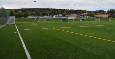 Vandringen fortsätter. Nu vid den södra hörnflaggan. I bakgrunden syns A-plans omklädningsrum som även används till konstgräsets matcher. Foto: Pia Skogman, Lokalfotbollen.nu.