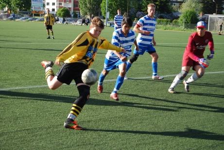 Hari Halilovic bombar in ett av Kuben 3:s åtta mål i en division 5-match mot Torpshammars IF 2013. Foto: Janne Pehrsson, Lokalfotbollen.nu.