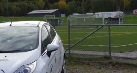 Lokalfotbollens fårrd parkerad framför entrén till Kubikenborgs konstgräsplan. Foto: Pia Skogman, Lokalfotbollen.nu.