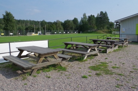 Fikaborden med bra utsikt över planen. Foto: Pia Skogman, Lokalfotbollen.nu.