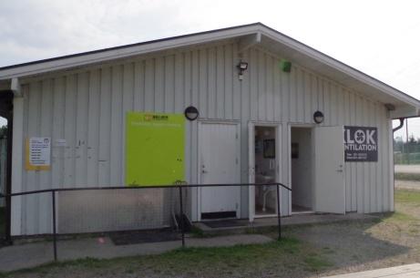 Ingång till omklädning hemmalag och toalett. Foto: Pia Skogman, Lokalfotbollen.nu.