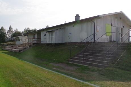 Läktare, sekreteriatet och omklädningsrummen. Foto: Pia Skogman, Lokalfotbollen.nu.