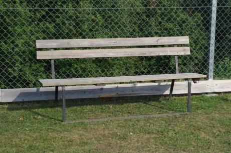 """Ett par bänkar är utplacerade efter den bortre långsidan, De tänker verkligen på """"lokalfotbollare"""" med taskig kondition som kan behöva lite vila på sin promenad runt planen..."""