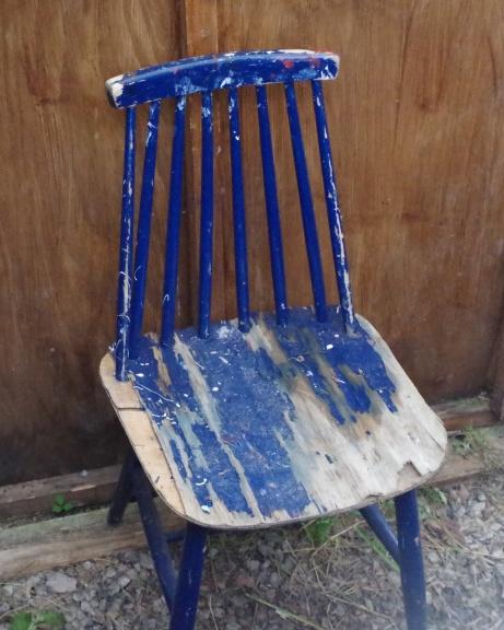 Kanske dags för en ommålning av stolen inne i kuren? Varför inte röd? Foto: Pia Skogman, Lokalfotbollen.nu.
