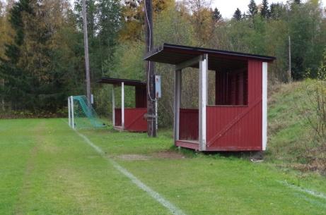 """Rejäla avbytarbås i de """"rätta"""" färgerna. Foto: Pia Skogman, Lokalfotbollen.nu."""