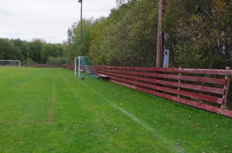 Även på den bortre långsidan gäller det att hålla bollen på rätt sida staketet. Sägnen säger att det finns de som letat bollar på andra sidan, och aldrig kommit tillbaka... Foto: Pia Skogman, Lokalfotbollen.nu.