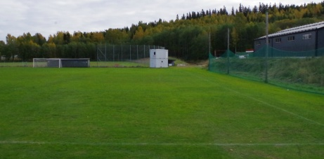 Kortsidan till höger, långsidan med målburen till vänster. när man kommer ner till planen. Foto: Pia Skogman, Lokalfotbollen.nu.