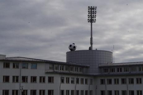 Strålkastare och den stora bollen som ännu ingen lyckats kicka över kanten.Foto: Pia Skogman, Lokalfotbollen.nu.