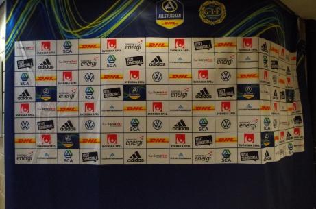 Även Lokalfotbollen har intervjuat spelare och ledare framför sponsortavlan. Dock utan att fått betalt ;-) Foto: Pia Skogman, Lokalfotbollen.nu.