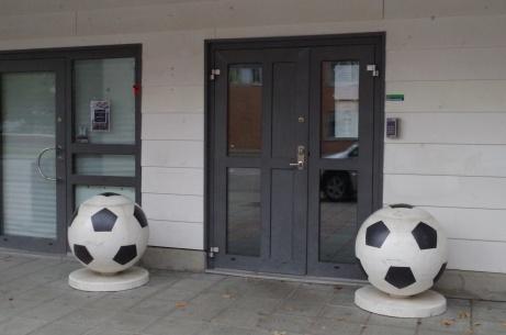 """""""Bolla bolla"""" framför huvudentrén. Foto: Pia Skogman, Lokalfotbollen.nu."""