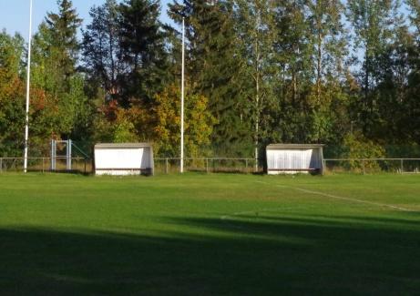 Avbytarbåsen och flaggorna. Foto: Pia Skogman, Lokalfotbollen.nu.