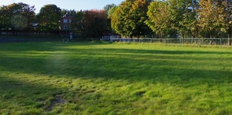 Träningsyta bakom västra målet, ofta använd innan gräset på huvudarenan blivit spelbart. Foto: Pia Skogman, Lokalfotbollen.nu.