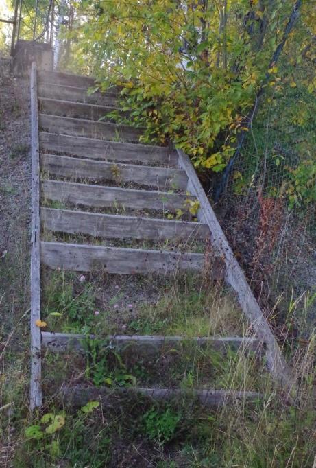 Trappen mellan planen och upp till parkeringen och läktaren ser hälsovådlig ut... Foto: Pia Skogman, Lokalfotbollen.nu.