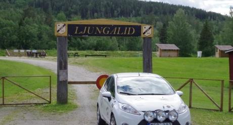 På sin resa runt till Medelpads fotbollsarenor har nu Lokalfotbollens vita Fårrd nått Ljungalid. Foto: Pia Skogman, Lokalfotbollen.nu.