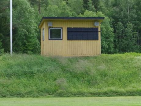 Sekreteriatet och gammal kioskbyggnad uppe på höjden vid B-planen. Foto: Pia Skogman, Lokalfotbollen.nu.