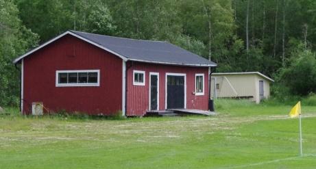Förråd med gräsklippare med mera. Foto: Pia Skogman, Lokalfotbollen.nu.