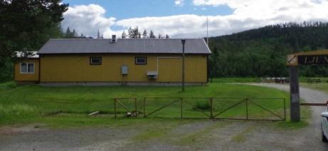 Omklädnings- och kioskbyggnaden sedd från parkeringen. Foto: Pia Skogman, Lokalfotbollen.nu.