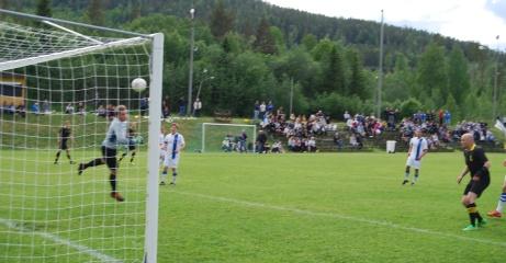Ljunga trädde in en boll i krysset i derbyt mot Torpshammar i Medelpadsfemman 2015. Årets som Ljunga IF firade 100 år med att vinna serien. Foto: Janne Pehrsson, Lokalfotbollen.nu.