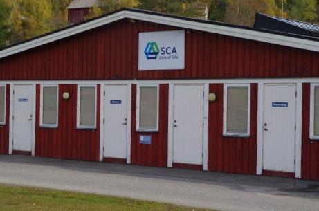 Omklädningsrummen för hemma- och bortalag. Domarna i mitten. Foto: Pia Skogman, Lokalfotbollen.nu.